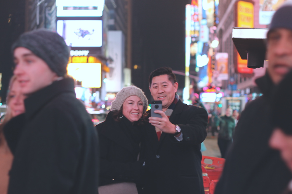 couple selfie times square nyc (c) CG www.hejyou.be